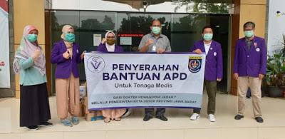 Perwakilan PDHI Jawa Barat VII menyerahkan bantuan kepada tenaga medis